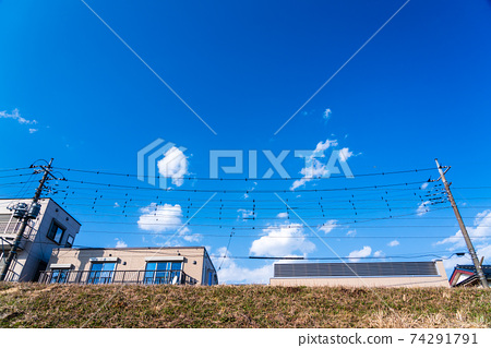 제방에서 올려다 주택가 풍경 74291791