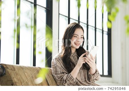 年輕女子智能手機搜索 74295846