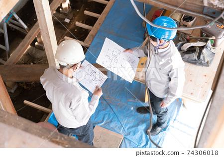 在房屋建築工地工作的人們骨架改造會議俯瞰 74306018