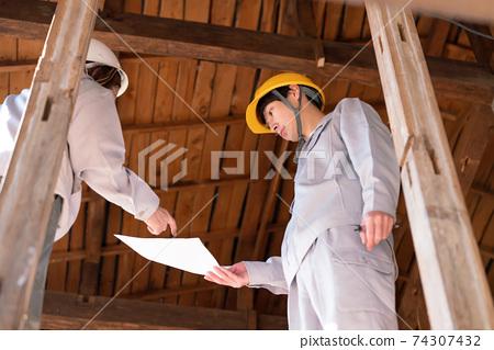 주택 건설 현장에서 일하는 사람들 해골 리폼 협의 전기 공사 74307432