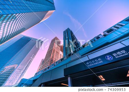 日本的東京城市景觀汐留的摩天大樓和新橋站的視圖(更新) 74309953