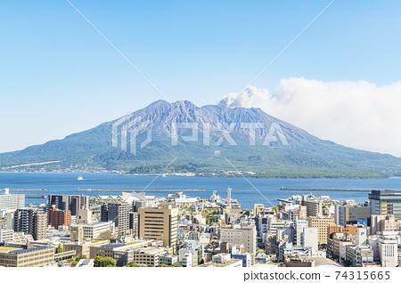 鹿兒島縣鹿兒島市櫻島,從城山公園展望台眺望噴發的景色 74315665