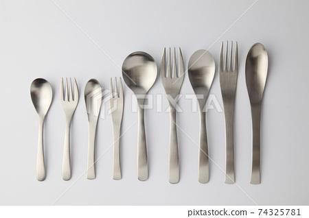 不銹鋼勺子叉子餐具白色背景 74325781