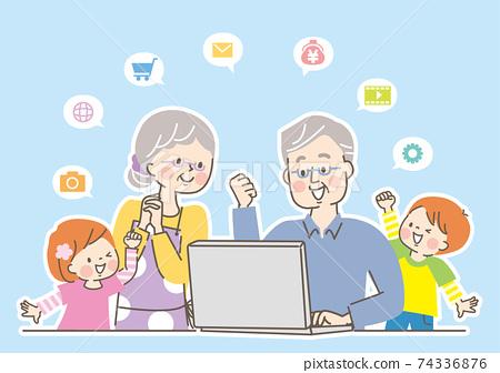 第三代家庭帶著微笑和一台電腦 74336876