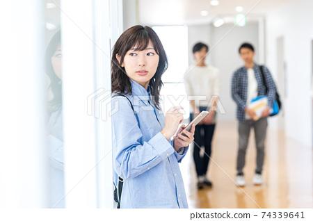 搭載智能手機的女大學生拍攝合作:中央工業大學附屬日語學校 74339641