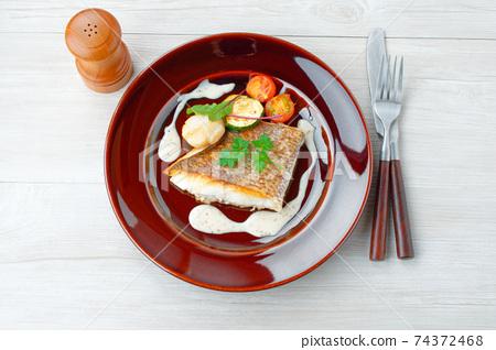 配以紅鯛魚,扇貝poele和白汁。配西葫蘆和櫻桃番茄炒香。 74372468