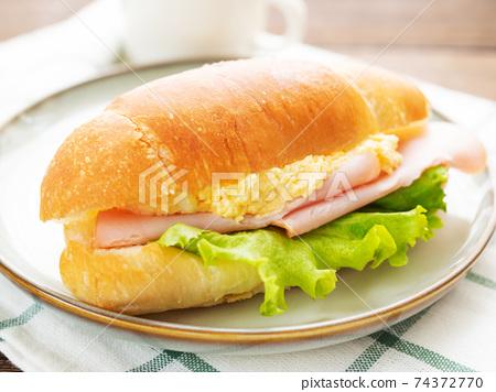 雞蛋,火腿和生菜麵包卷三明治 74372770