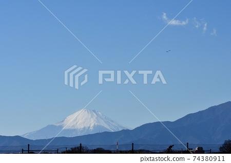 一架戰鬥機在冬季中空飛越富士山 74380911