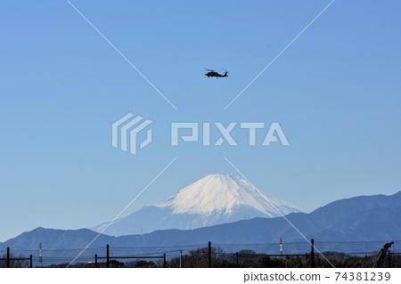 美國海軍巡邏直升機在冬季中旬飛越富士山 74381239