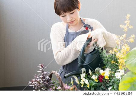 日本婦女從事小組種植和園藝 74390284