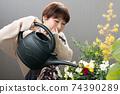 日本婦女從事小組種植和園藝 74390289