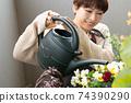 日本婦女從事小組種植和園藝 74390290