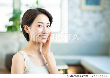 感覺皮膚保濕的中年女人 74393355