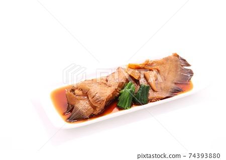 與孩子,明亮的背景煮的比目魚 74393880