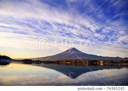 倒立的富士在清晨在河口湖中倒影 74395285