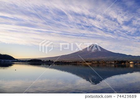 安靜的川口湖和富士山在黎明時倒掛 74423689