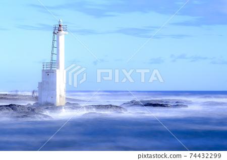 燈塔和平靜的海面 74432299