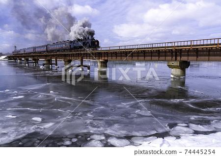 SL Fuyu no Shitsugen在藍藍的天空中穿越鐵路橋 74445254