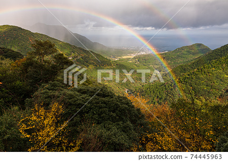 屋久島上深秋的色彩和彩虹的壯麗景色 74445963