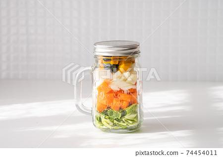 在梅森罐子裡健康飲食蔬菜的形象 74454011