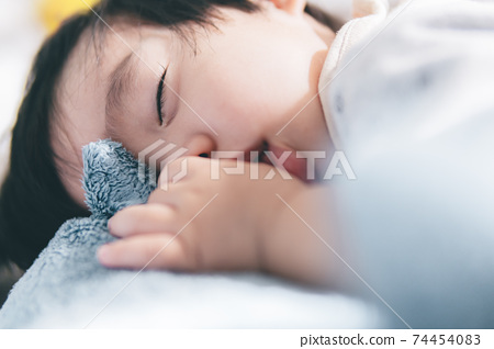 一個用手指睡覺的1歲男孩 74454083