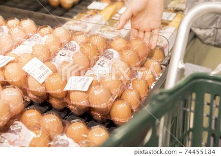女顧客在超市買雞蛋 74455184