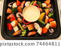 家庭晚餐在熱板上的奶酪火鍋 74464811