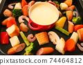 家庭晚餐在熱板上的奶酪火鍋 74464812