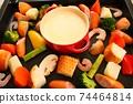 家庭晚餐在熱板上的奶酪火鍋 74464814