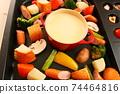 家庭晚餐在熱板上的奶酪火鍋 74464816