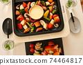 家庭晚餐在熱板上的奶酪火鍋 74464817
