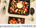 家庭晚餐在熱板上的奶酪火鍋 74464818