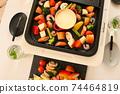 家庭晚餐在熱板上的奶酪火鍋 74464819