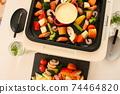 家庭晚餐在熱板上的奶酪火鍋 74464820