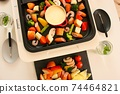 家庭晚餐在熱板上的奶酪火鍋 74464821