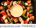 家庭晚餐在熱板上的奶酪火鍋 74464822