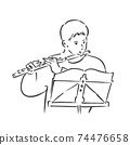 一個男人一邊看著樂譜一邊吹長笛 74476658