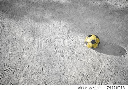 在公園裡被遺忘的黃色足球 74476758