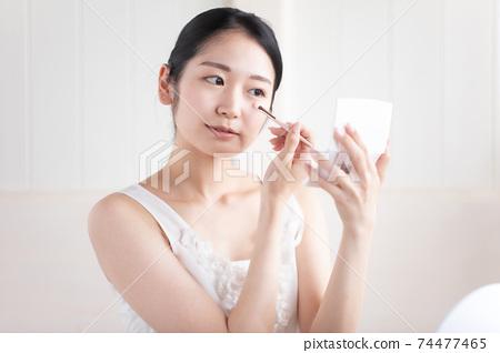 女人做眼淚袋化妝 74477465