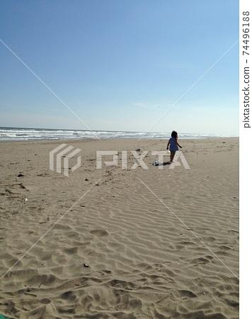 在Kujukuri海灘上行走的3歲女孩 74496188