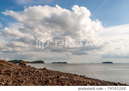 특이한 형상의 현무암으로 이루어진 장봉도 해변풍경 74505268