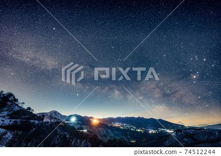 銀河和富士山從八岳升起 74512244