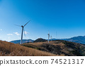 재생 에너지의 이미지 푸른 하늘 아래 회전하는 바람개비 풍력 발전소 74521317