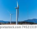 재생 에너지의 이미지 푸른 하늘 아래 회전하는 바람개비 풍력 발전소 74521319