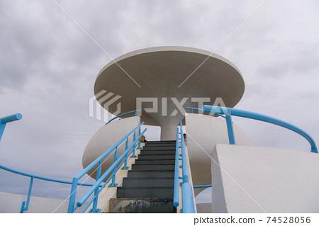 台灣澎湖縣大型白色建築涼亭在海邊的風櫃洞 74528056
