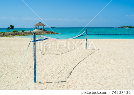 沙灘排球網站在沙灘上,在陽光明媚的一天 74537436