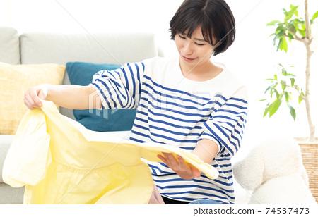 一個組織不必要物品的女人 74537473