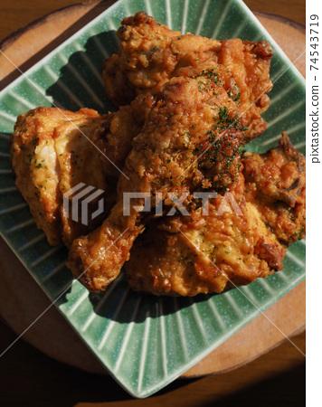 도자기 그릇에 담긴 후라이드 치킨  74543719
