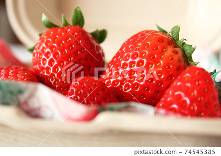 크래프트 종이 팩에 담은 꼭지 된 딸기 (7) 74545385