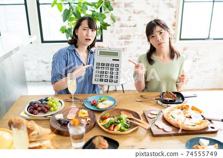 식사비를 각자 부담하는 여성 74555749